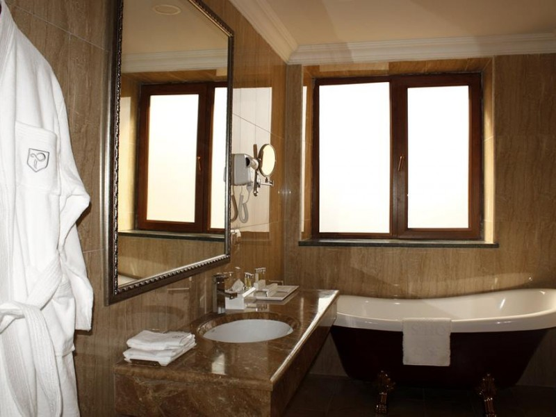 Bathroom-at-Paris-Hotel