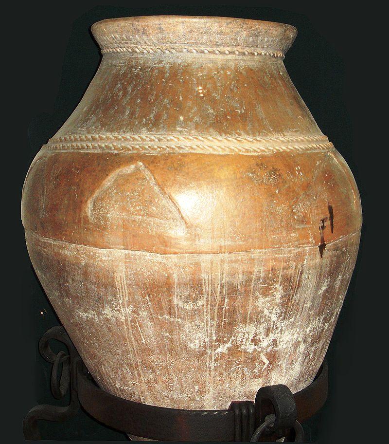 800px-Urartian_pottery,_Erebuni_museum_1a