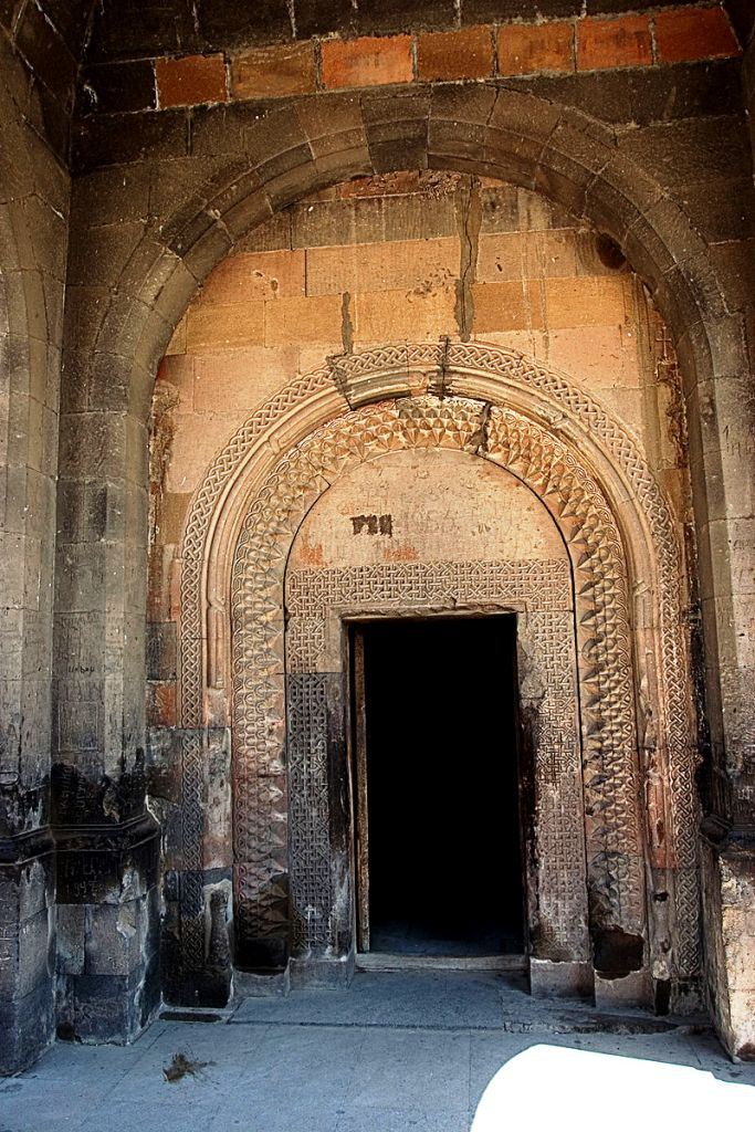 800px-Khor_Virap._Entrance_to_cellar