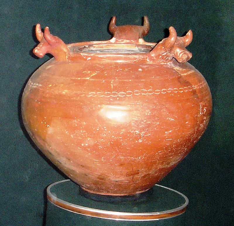 800px-Urartian_pottery,_Erebuni_museum_6a